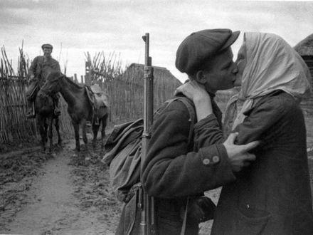 Фото Колхозница М. Николаева провожает своего сына Ивана в партизаны