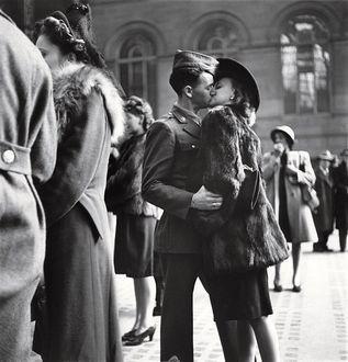 Фото Девушка целует парня на прощание, провожая на войну