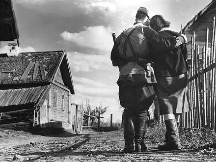 Фото Мужчина с девушкой прощаются, мужчина отправляется на войну