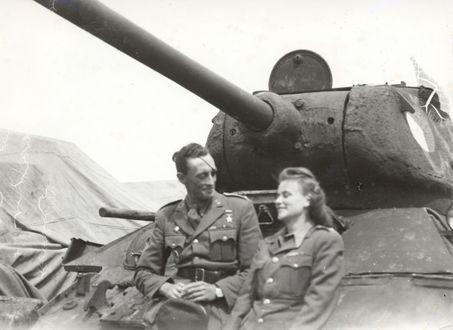Фото Девушка с мужчиной разговаривают сидя на танке