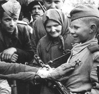 Фото Сын полка, у мальчика на груди - звезда, герой повести В. Катаева