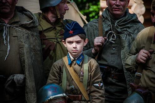 Фото Мальчик в пилотке среди солдат