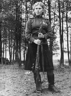 Фото Снайпер Роза Шанина со своей винтовкой, 1944 г, фотограф А. Н. Фридлянский