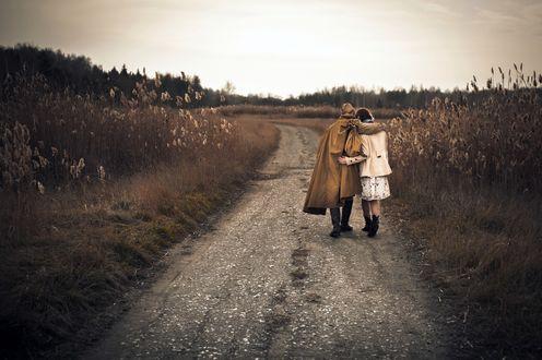 Фото Парень в военной форме идет по дороге с девушкой в обнимку, фотограф Константин Цветков