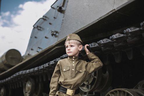 Фото Мальчик в военной форме стоит около танка, фотограф Денис Игнатов