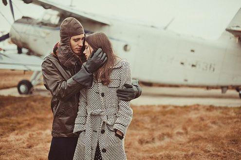 Фото Летчик обнимает девушку, фотограф Роман Калиновский