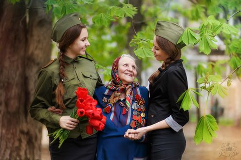 Фото Две девушки поздравляют женщину - ветерана с праздником, фотограф Кривова Ирина