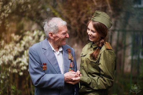Фото Девушка поздравляет ветерана с праздником, фотограф Кривова Ирина