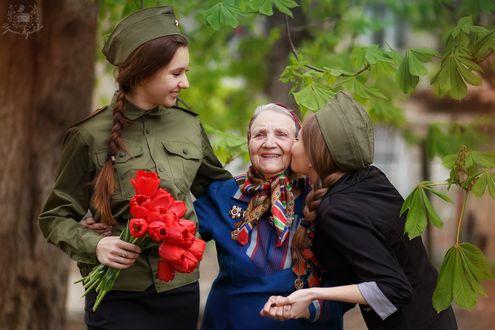 Фото Две девушки поздравляют целуя женщину - ветерана, фотограф Кривова Ирина