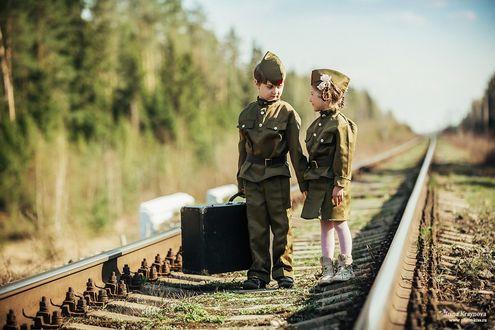 Фото Мальчик и девочка в военной форме стоят на железной дороге держась за руки, фотограф Ирина Крайнова
