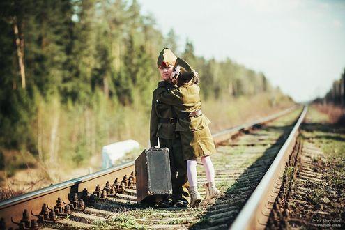 Фото Мальчик и девочка в военной форме стоят на железной дороге, фотограф Ирина Крайнова
