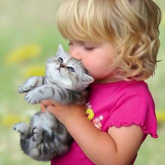 Фото Девочка нежно целует полосатого котенка, которого она держит в руках