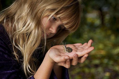 Фото Девочка смотрит на улитку, которая сидит на руке, by anarud