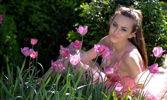 Фото Девушка в розовом платье сидит рядом с розовыми тюльпанами, by AdinaVoicu