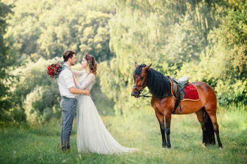 Фото Мужчина с девушкой обнимаются, рядом стоит коричневая лошадь, фотограф Павел Михайлов