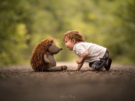 Фото Мальчик с игрушечным ежиком, by Adrian C. Murray