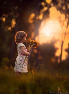 Фото Девочка с подсолнухами в руках во время заката, by Jake Olson