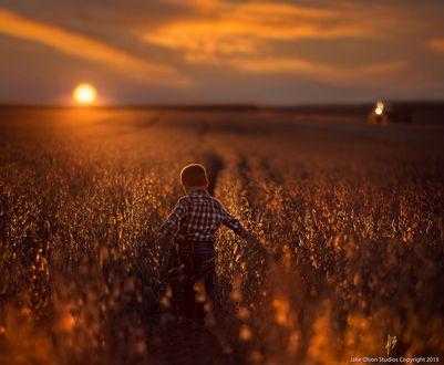 Фото Мальчик в поле на фоне захода солнца, by Jake Olson