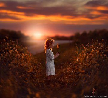 Фото Девочка стоит в поле на фоне заката, by Jake Olson