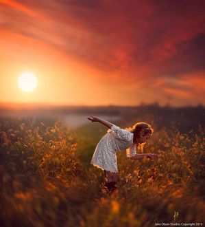 Фото Девочка в поле на фоне садящегося солнца, by Jake Olson