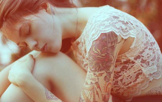 Фото Грустная девушка с тату на руке, by Mastowka