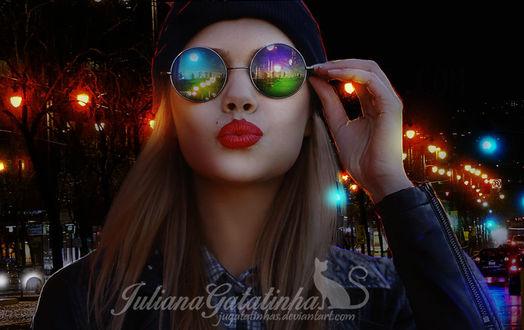 Фото Девушка в очках стоит на фоне ночного города, by jugatatinhas