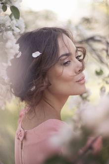 Фото Девушка стоит у цветущей весенней ветки дерева, фотограф Екатерина Ромакина