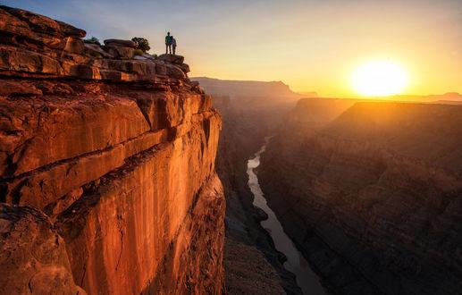 Фото Влюбленная пара стоит на самом краю обрыва, любуясь закатом, by porbital