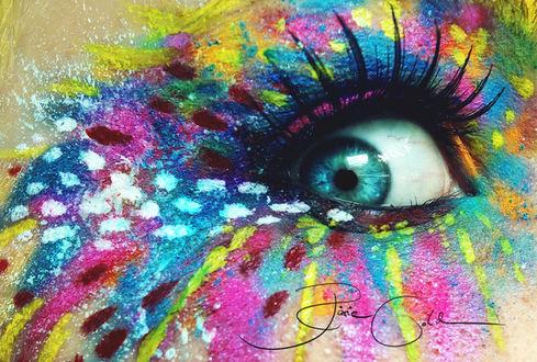 Фото Цветной макияж глаза, с разноцветными брызгами и белыми точками