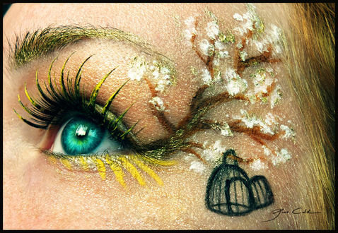 Фото Девушка с ярким макияжем, изображающим ветку сакуры и клетку