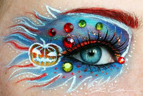 Фото Яркий красно - голубой макияж глаза, с тыквой и стразами