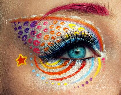 Фото Цветной мейк ап глаз у девушки, с цветными пятнами и полосами