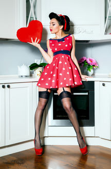 Фото Девушка в стиле пинап с сердечком