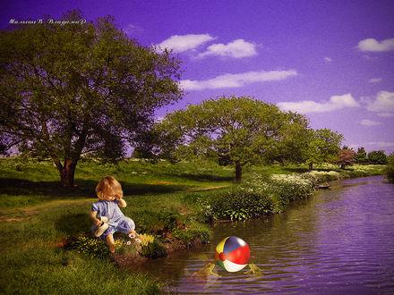 Фото Девочка, сидя на берегу. плачет за мячом, который плавает в реке
