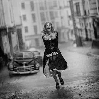 Фото Девушка радуется дождю в городе, фотограф Ира Джуль