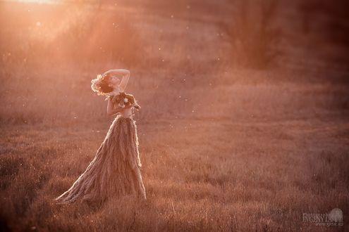 Фото Девушка в платье из растений стоит в лучах солнца, фотограф Евгений Ланин