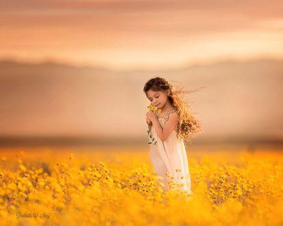 Фото Девочка стоит в поле желтых цветов, by Suzy Mead