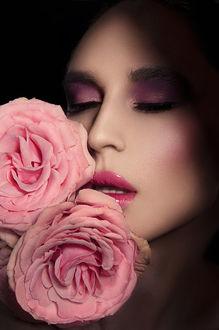 Фото Девушка с накрашенными губами и две розовые розы