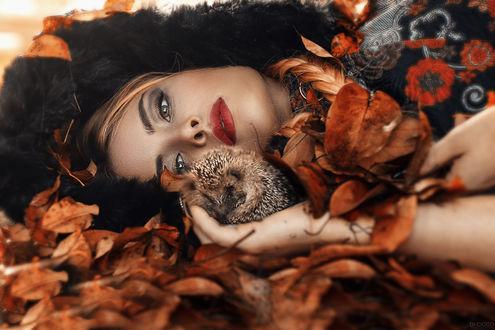 Фото Девушка с ежиком лежит на осенней листве, by Alessandro Di Cicco