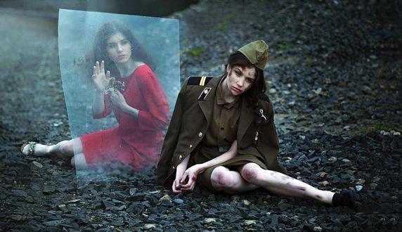 Фото Девушка в красном платье из прошлого смотрит на себя настоящую в военной форме, фотограф Екатерина Долматова