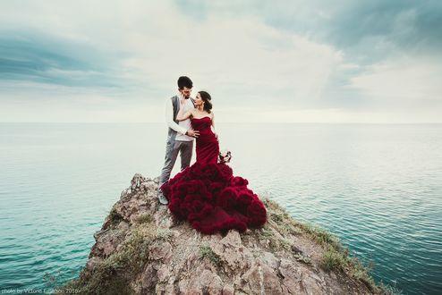 Фото Мужчина с девушкой стоят на горе на фоне моря, фотограф Виктория Эмерсон