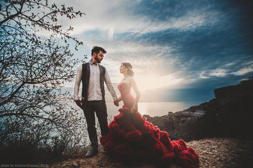 Фото Мужчина с девушкой стоят на фоне моря, фотограф Виктория Эмерсон