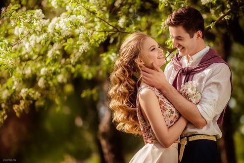 Фото Девушка с мужчиной стоят около цветущего дерева, фотограф Лена Смирнова