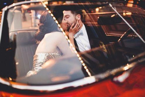 Фото Мужчина с девушкой целуются в автомобиле, by Andria Linquist