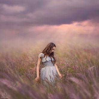 Фото Девушка стоит в поле, by Jessica Drossin