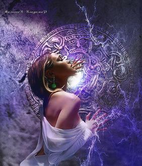 Фото Девушка закрыла глаза и трогает мистический круг