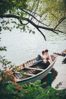 Фото Мужчина с девушкой сидят в лодке в озере, фотограф Алина Шеварева