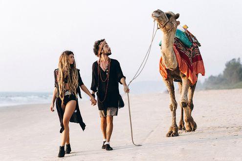 Фото Мужчина с девушкой идут по берегу моря с верблюдом, фотограф Артур Грабовский