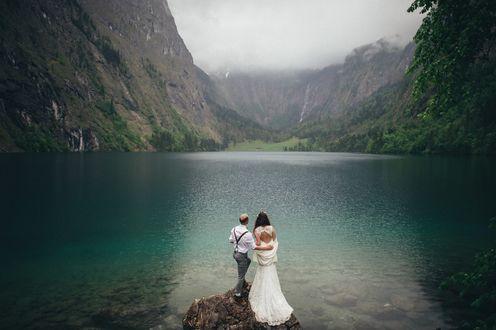 Фото Девушка с мужчиной стоят около озера смотря на горы, фотограф Александр Ладанивский