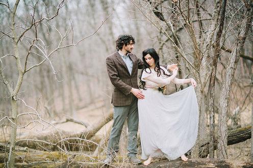 Фото Мужчина обнимает девушку стоя в лесу, фотограф Deidre Lynn